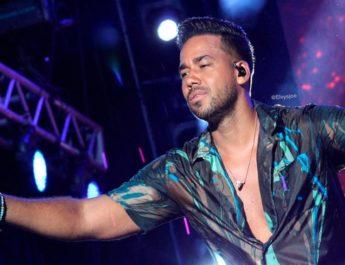 """Ni a Romeo ni al público le importó """"mojarse"""", bajo lluvia no paro de tocar en Moca."""