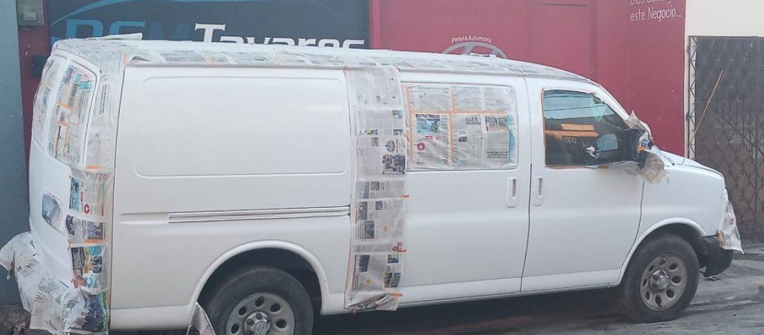 Moradores de la calle k1 en Los Mina Sur, no aguantan más el olor de pinturas  y otros químicos de un taller de desabolladura.