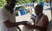 Gustavo Bautista presidente de los Derechos Humanos en Villa Duarte, hizo entrega de cientos de comidas cocinadas a moradores de Simonico